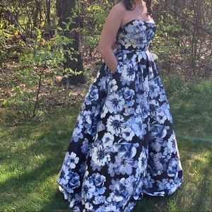 Long strapless dress with blue flowers